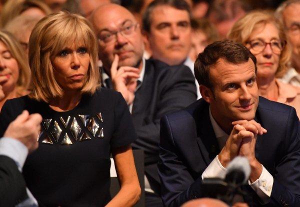Новая карикатура Charlie Hebdo поиздевалась над Эммануэлем Макроном и его женой