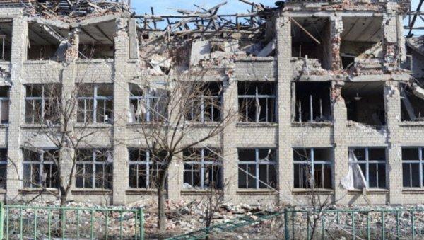 Под Петербургом по крыше рухнувшего здания школы бегал человек