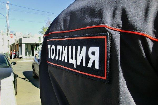 В Петербурге мужчина с дубинкой напал на подростков на детской площадке
