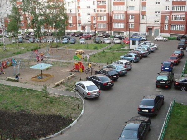 В Москве жители борются с захватчиками бесплатной парковки