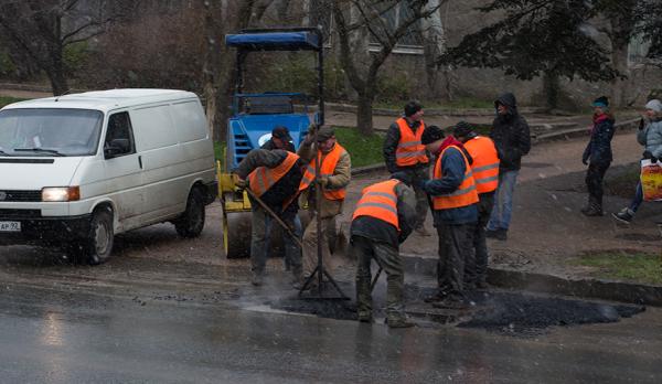 В Хакасии не заплатят дорожникам, ремонтировавшим ямы под дождем
