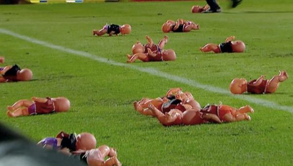 Аргентинские фанаты забросали футбольное поле пупсами