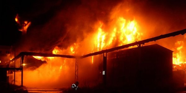 В Калужской области всю ночь тушили пожар в охваченном огнем кафе