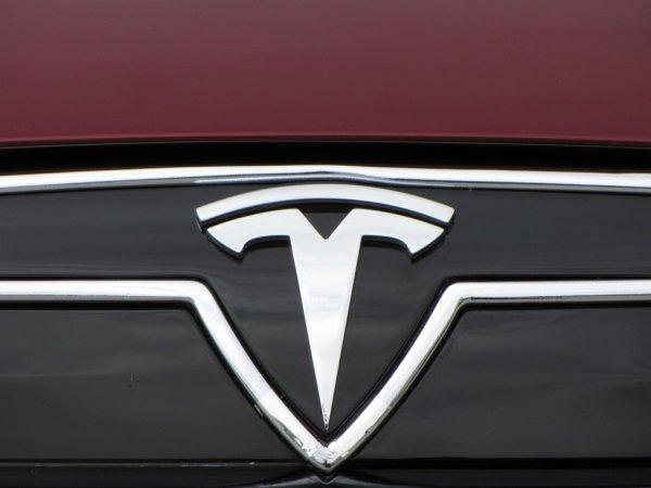 Tesla показала фото своего первого электрического внедорожника