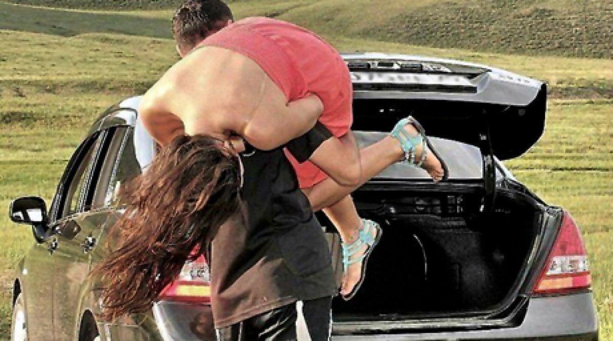 Парень похитит девушку и будет над ней всячески одеваться видео