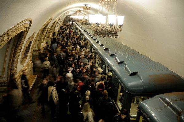 Жителей Москвы попросили отказаться от поездок в метро в час пик
