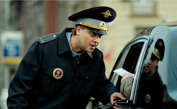 ГИБДД предлагает запретить инспекторам курить и грубо выражаться при водителях
