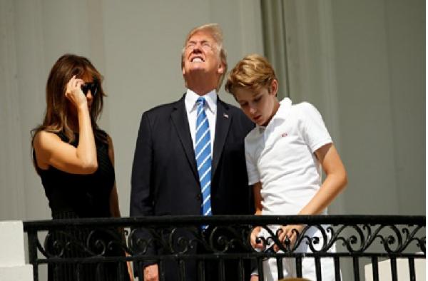 СМИ раскритиковали Трампа за просмотр солнечного затмения без очков