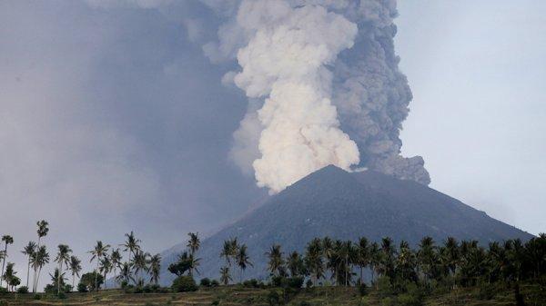 Находящиеся на Бали россияне будут доставлены на соседние острова из-за извержения вулкана