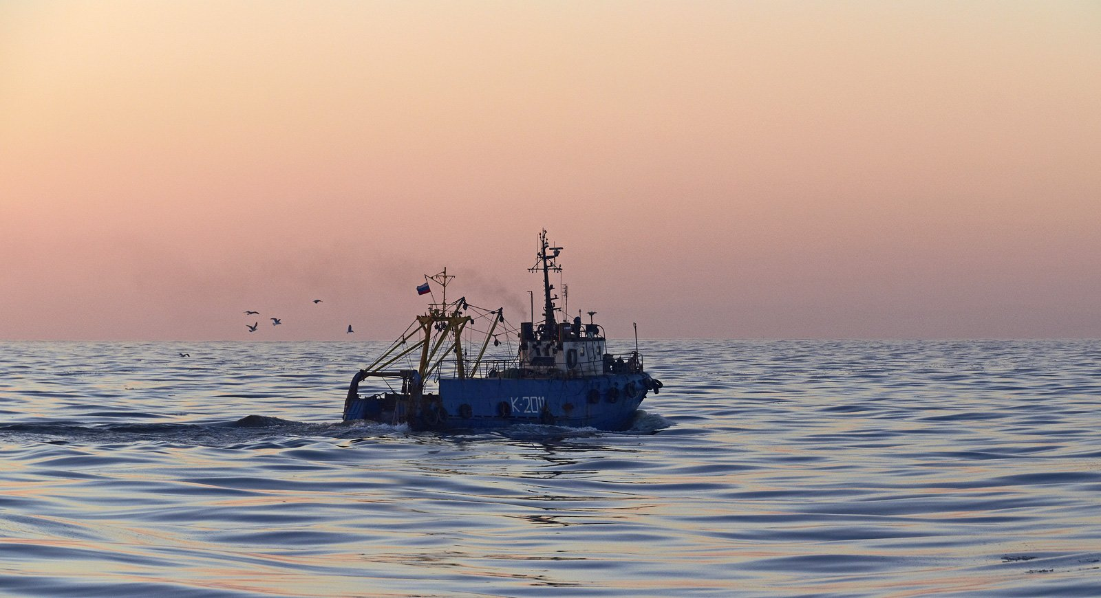 рисунков всемирной фотографии промысловых судов в море символизирует отчий дом
