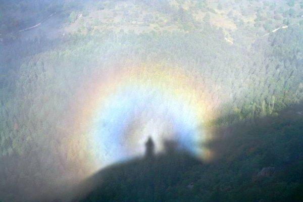 В Карпатах жительница запечатлела призрака в лучах радуги