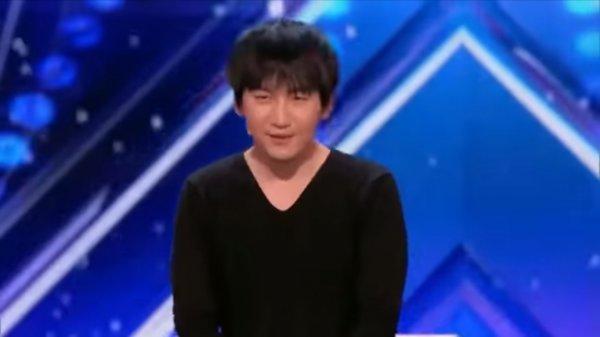 Сеть покорило видео с китайцем, демонстрирующим фокусы