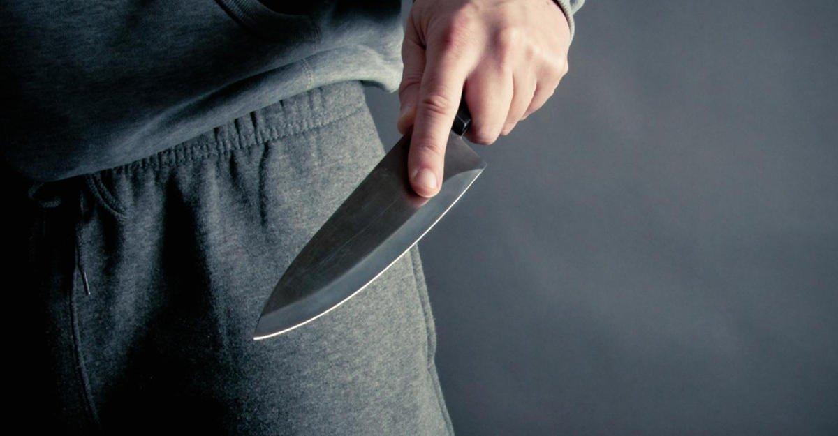 Студенты голыми руками отбились отхулигана с 2-мя ножами— Разборка вколледже