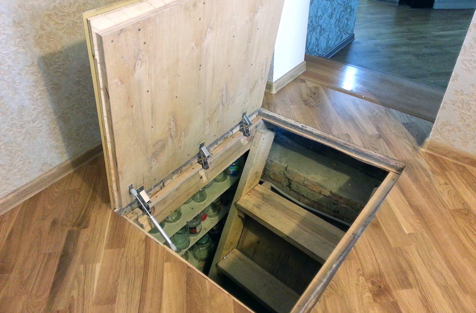 люк в подполье в деревянном полу