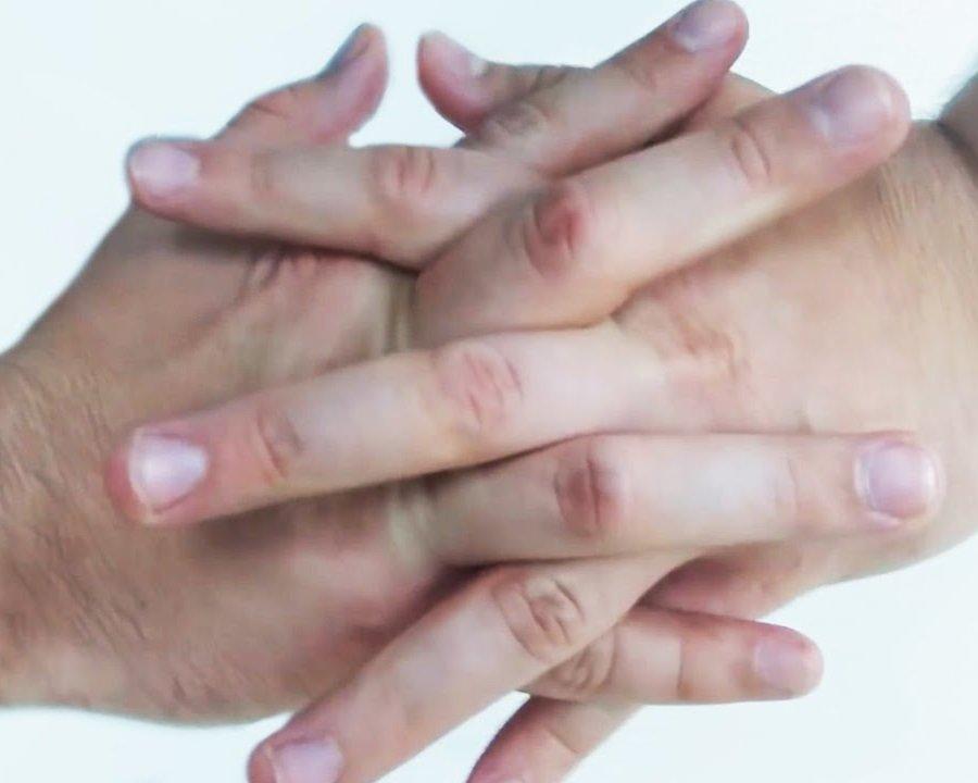 Ученые объяснили хруст пальцев разрушением пузырьков в суставах