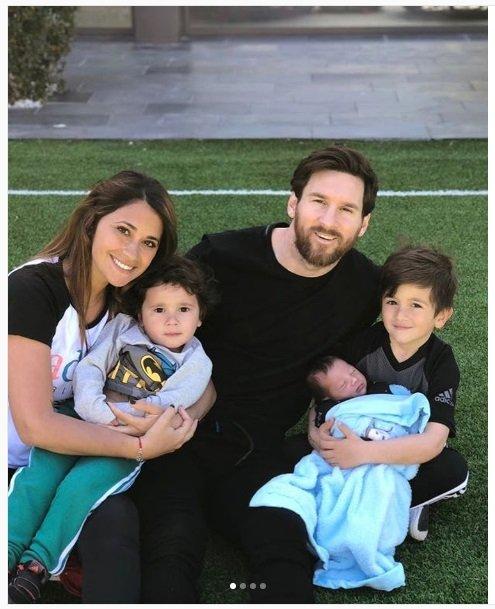 Месси выложил милейшую семейную фотокарточку и впервый раз продемонстрировал 3-го сынишку