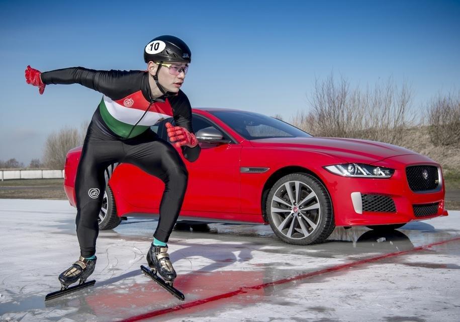 Олимпийский конькобежец Шандор Люсоревновался с Ягуар XESport 300