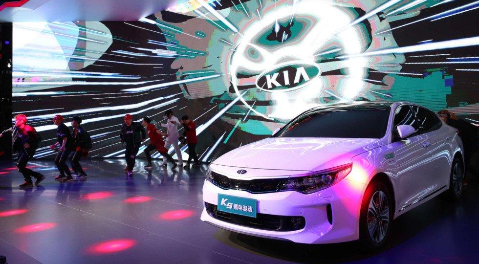 Киа  представила встолице Китая  кроссовер YiPAO игибридный седан Optima