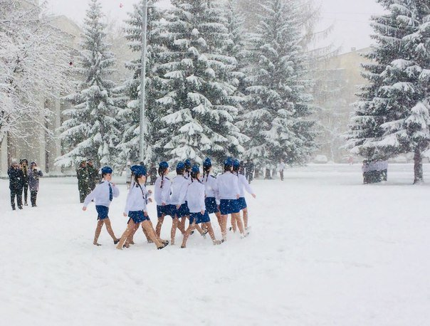 ВЕкатеринбурге школьниц вкоротких юбках отправили маршировать всугробах