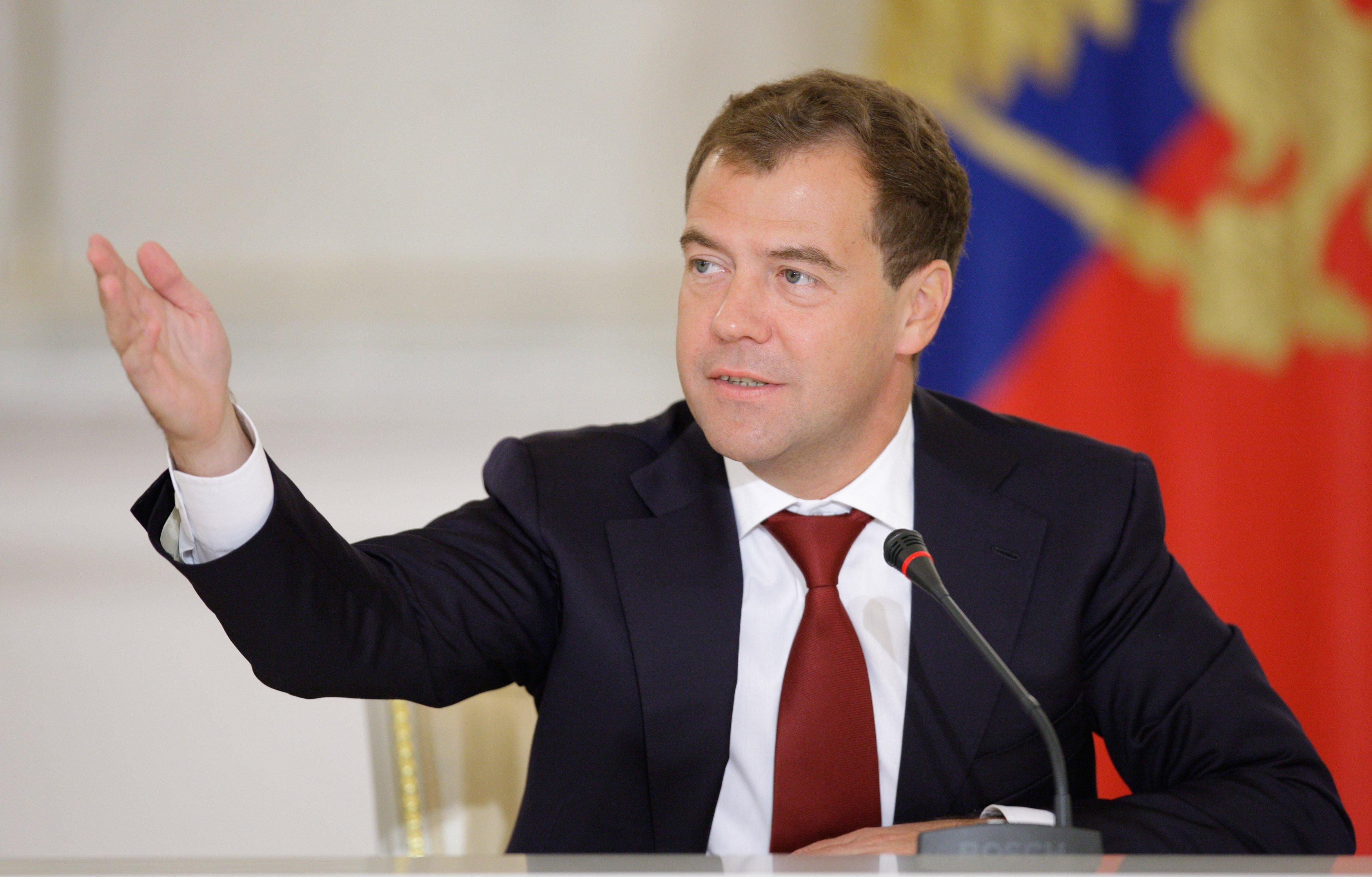 Медведев предложил Обаме посмотреть на«разорванную вклочья» экономикуРФ