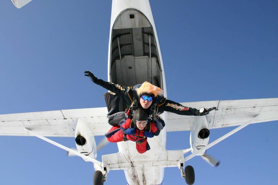 Девушка иинструктор получили травмы после прыжка снераскрывшимся парашютом