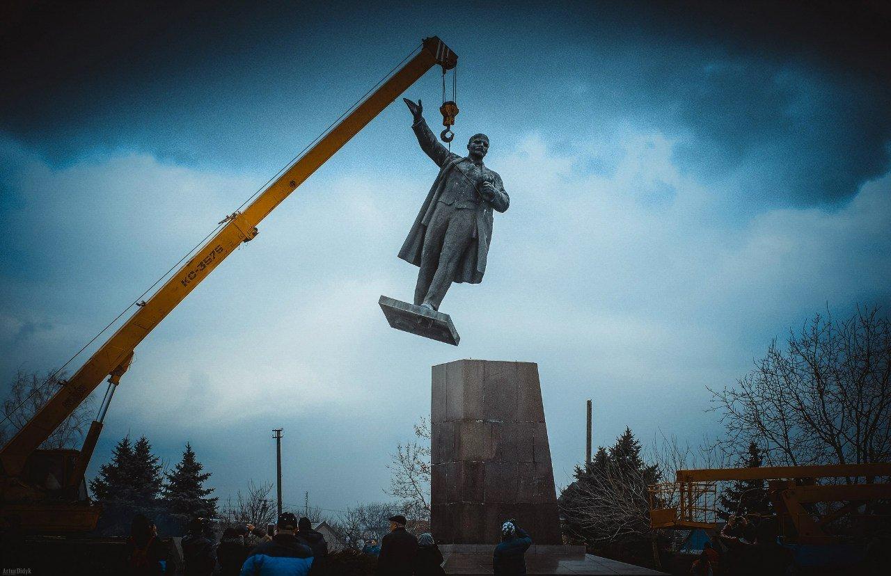 Власти харьковского Изюма выставили нааукцион монумент Ленину