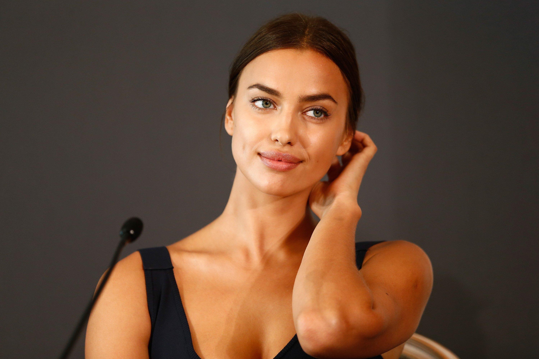 Какая красивая! Ирина Шейк в очаровательном черном одеяние наКаннском кинофестивале