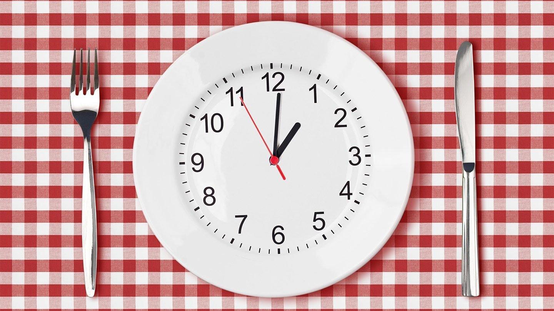Ученые порекомендовали ужинать не позже 15:00