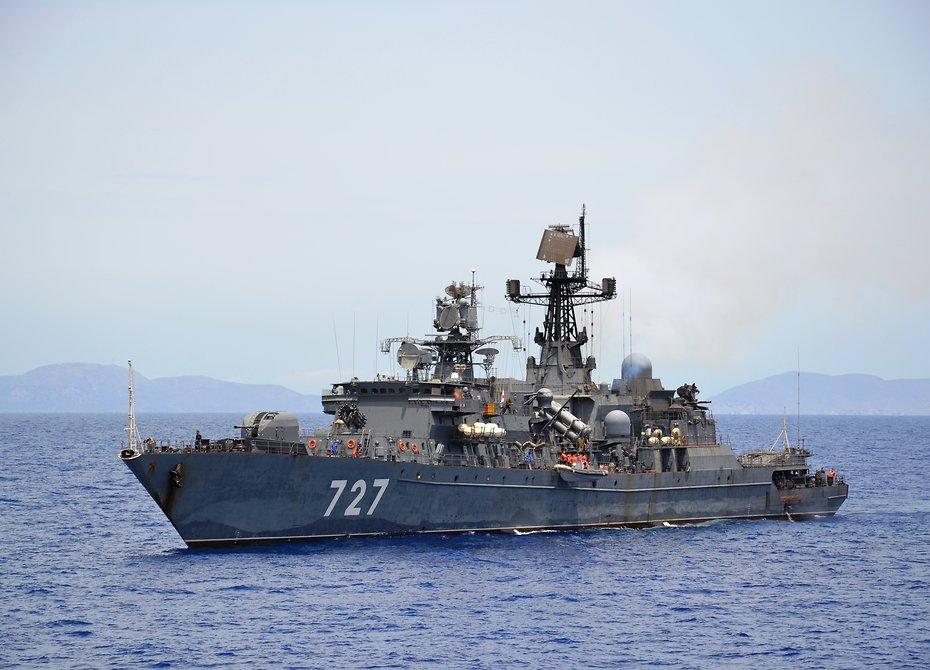 Фрегат ВМФ Российской Федерации следит за североамериканским авианосцем вСредиземном море