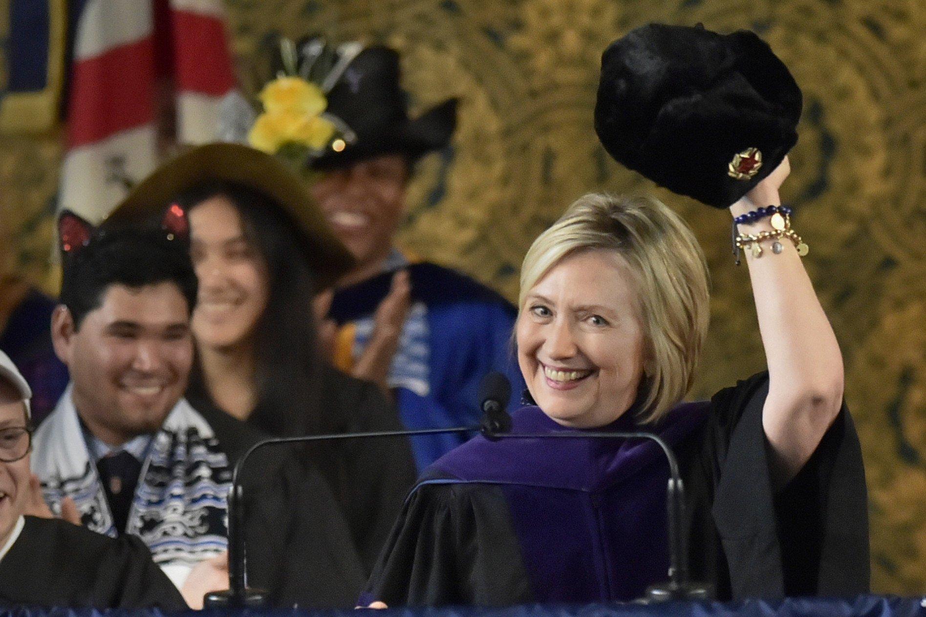 «Вступай вихряды»: Клинтон похвасталась шапкой-ушанкой перед выпускниками