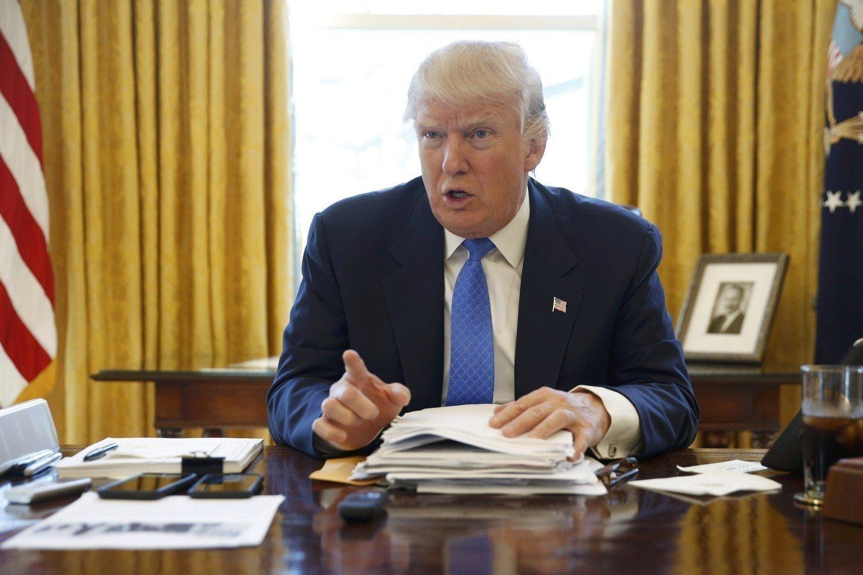 Politico: вБелом доме склеивают скотчем официальные документы, которые разрывает Трамп