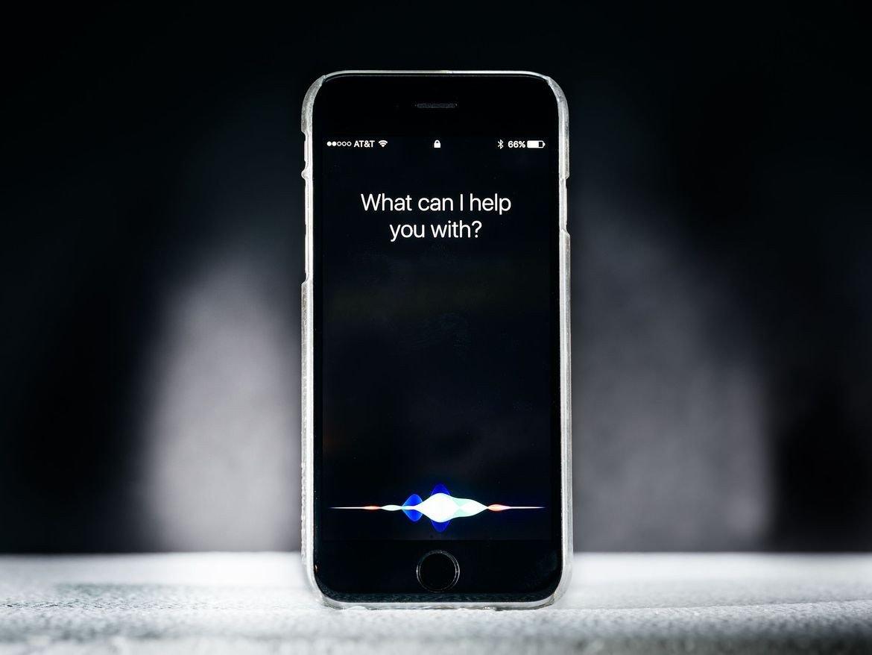 AVRS через суд предъявила Apple иск из-за голосового ассистента Siri