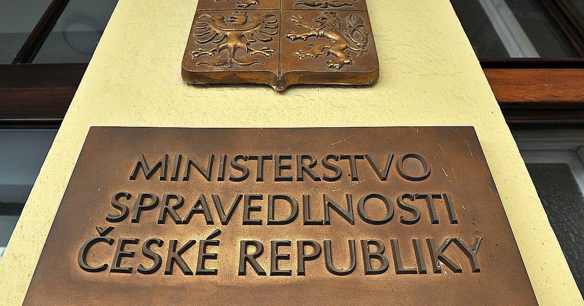 Министр юстиции Чехии ушла с поста после скандала с плагиатом в дипломных работах