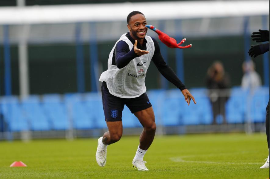 Футболисты сборной Британии натренировке сыграли всалки резиновой курицей