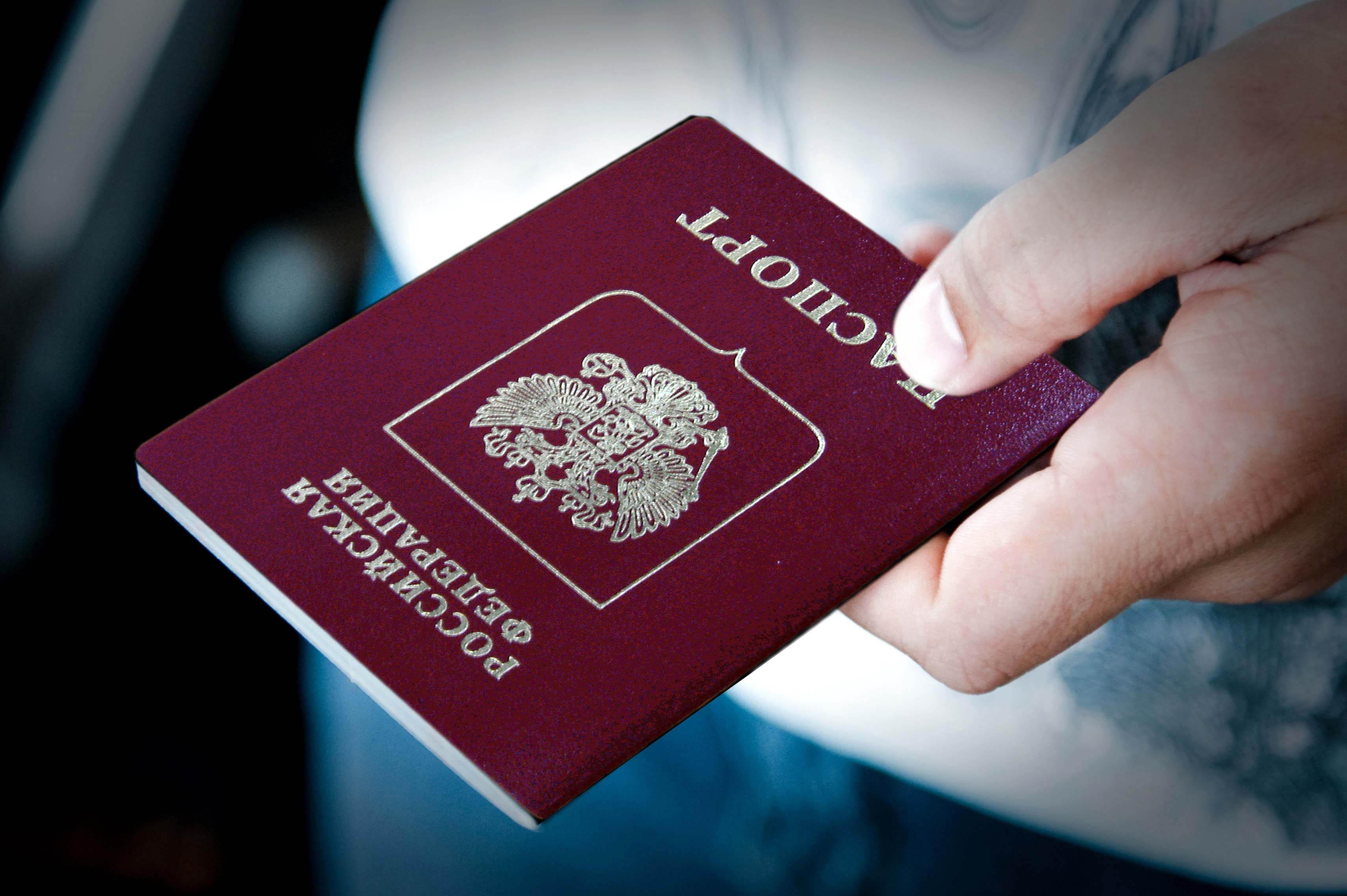 Старейшая беженка изЛуганска получила русский паспорт вРостовской области