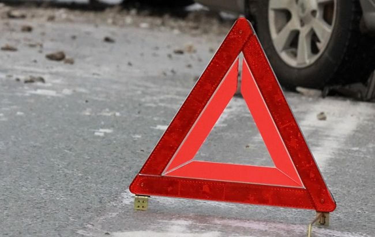 Автомобиль протаранил стоянку автомобильного салона наМКАД, есть жертвы