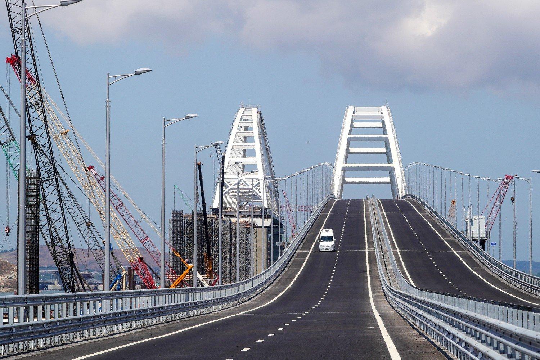 НаКрымском мосту уложили первые рельсы