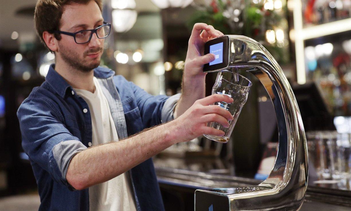 Сберегательный банк установил вмосковском баре пивной кран самообслуживания