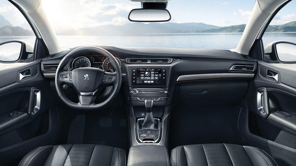 Представлены первые «живые» фото улучшенного седана Peugeot (Пежо) 408