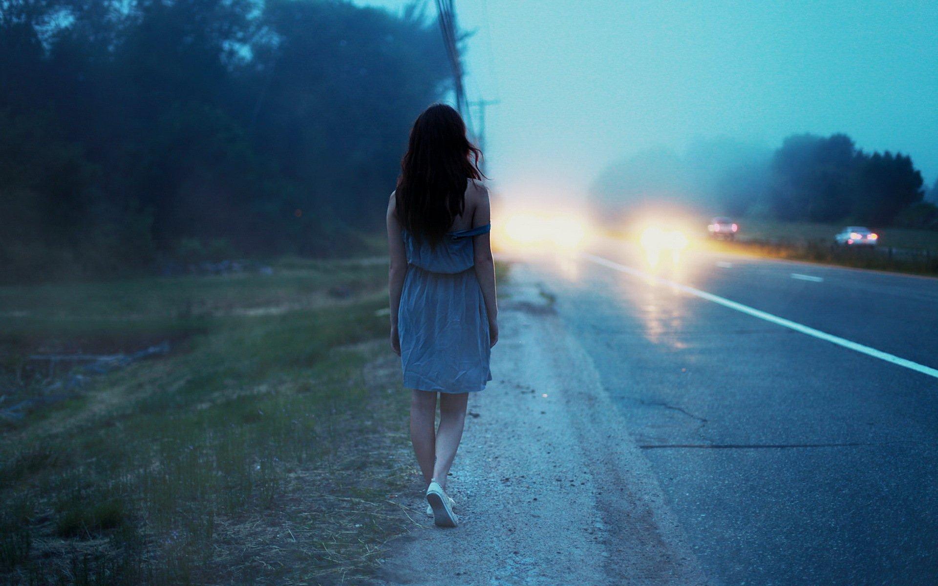 Картинки девушка со спины на дороге