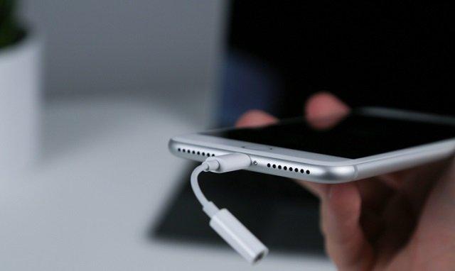 IPhone будут торговать без переходника для наушников