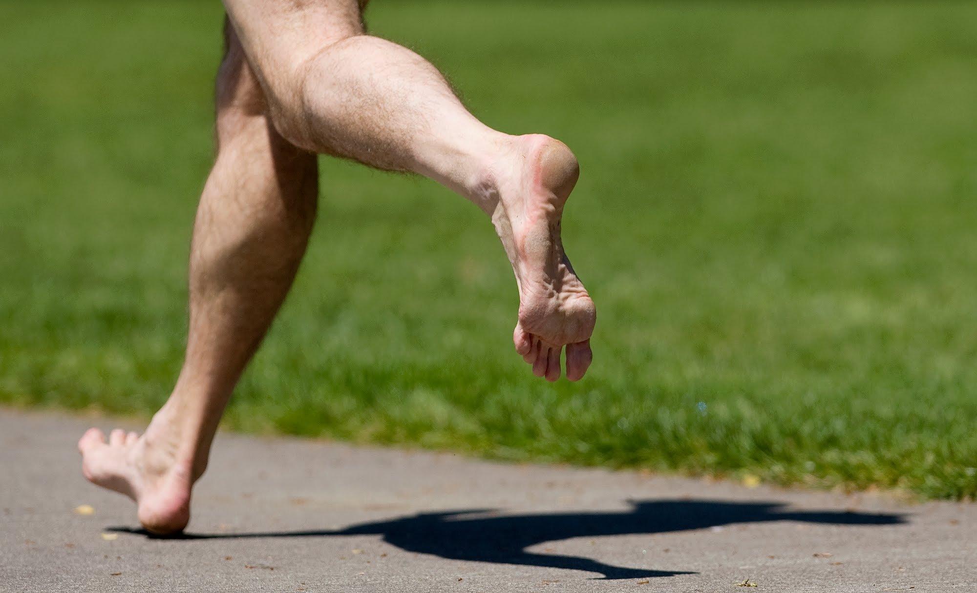 Мужские голые ноги, как правильно вставлять хуй в пизду видео