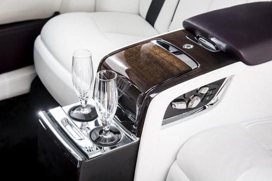 Придуман способ наполнить бокалы шампанским наполном ходу автомобиля