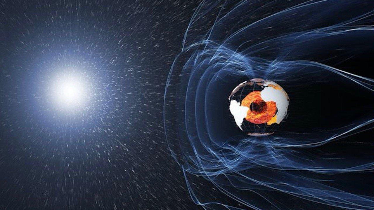 Магнитное поле Земли начало поэтапно переворачиваться— Ученые