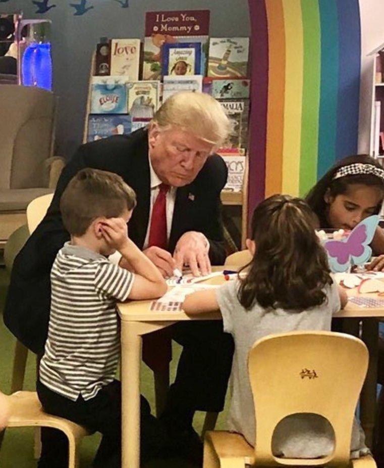 Трамп неправильно раскрасил флаг США навстрече сдетьми