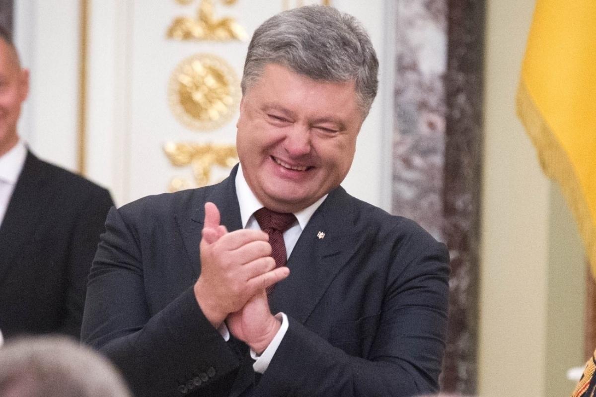 Порошенко пришел вгости вквартиру, украшенную русским флагом