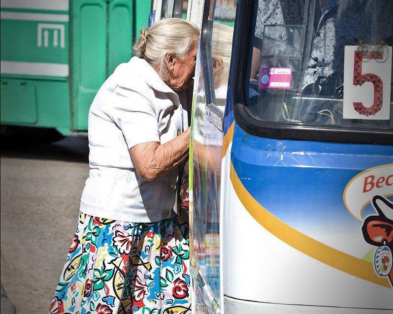 фотографии пожилых в транспорте - 13