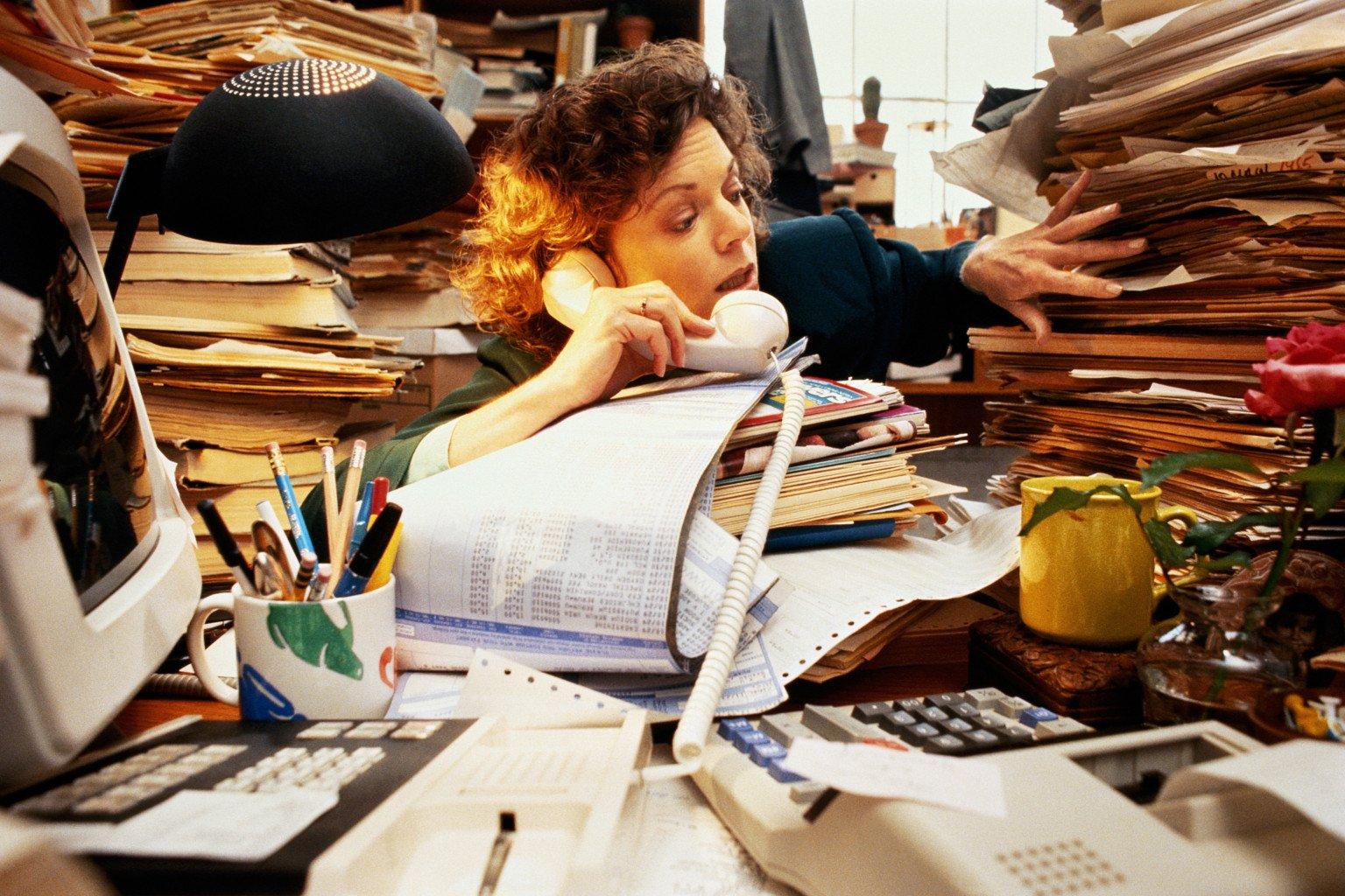 Наличие беспорядка нарабочем столе— прямое свидетельство нервозности человека