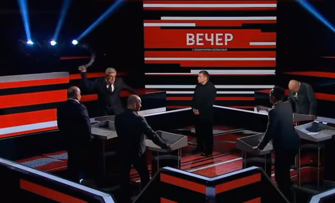 Русский корреспондент кинул стакан впольского политолога вэфире «России 1»
