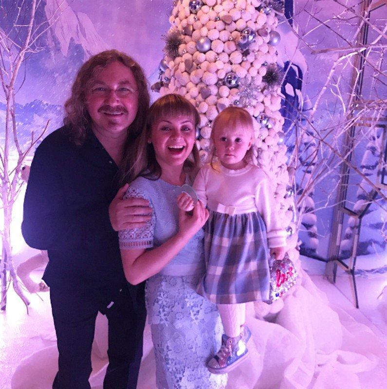 Дочь Игоря Николаева спела новогоднюю песню под аккомпанемент отца